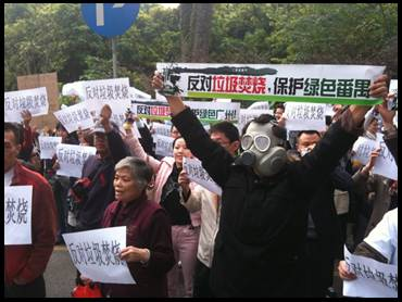 """Oppose garbage incineration – Protect green Guangzhou""; photo from China Digital Times["